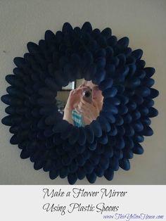 Espejo decorado con cucharas de plastico