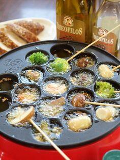 パーティーが一気に盛り上がる! 贅沢にギリシャのオリーブオイルを使って、たこ焼き器でアヒージョ。 クセがなく食材の味を引き立てます。 材料 簡単便利なむきえび※ 120g 菊池鶏の砂ずり※ 100g ロングウインナー※ 1本 きのこ類 1パック ブロッコリー 1/2 にんにく 2片 ギリシャのオリーブオイル※ 約カップ1 海の精あらしお(お好みでハーブソルトまたはペッパーソルト)※ 適量 竹串 作り方 材料はすべて一口大に切ってお皿に盛り付ける。 みじん切りにしたにんにくと塩をたこ焼き器の穴にお好みで入れ、オリーブオイルを約大さじ1程度入れたら電源を入れる。(塩は強めでOK) オイルがクツクツ… Asian Recipes, Gourmet Recipes, Cooking Recipes, One Pot Meals, No Cook Meals, Party Dishes, Sushi, Japanese Food, Food Photo