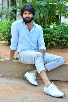 Vijay Devarakonda Bollywood Couples, Bollywood Actors, Mahesh Babu Wallpapers, Telugu Hero, Gents Hair Style, Most Handsome Actors, Vijay Actor, Vijay Devarakonda, Boy Photography Poses