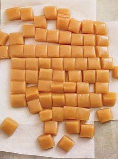 Soft caramel with fleur de sel recipes Caramel Recipes, Candy Recipes, Sweet Recipes, Dessert Recipes, Bacon Recipes, Sauce Recipes, Soft Caramels Recipe, Salted Caramels, Caramel Mou