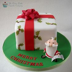 Christmas Present Cake - Cake by The Clever Little Cupcake Company (Amanda Mumbray) Christmas Present Cake, Christmas Themed Cake, Christmas Cake Decorations, Christmas Cupcakes, Holiday Cakes, Christmas Desserts, Christmas Treats, Christmas Baking, Mini Cakes