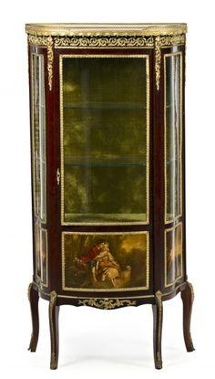"""Vitrina estilo Transición con plafones pintados tipo """"vernis martin""""  y aplicaciones en bronce dorado, de la primera mitad del siglo XX"""