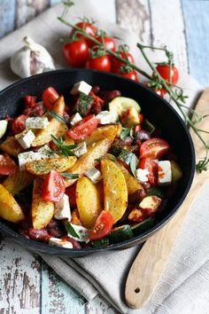 Kartoffel Wedges, Kartoffelecken in einer Pfanne mit Gemüse. In 30 Minuten gekocht.