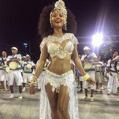 """""""Nesse terreiro tem Clara Guerreira Batucajé não é brincadeira  Firmei o ponto no canto de um sabiá Tem axé pra iluminar A força do meu caminhar"""" figurino @danielzarmano beleza @marialimamua #cubango #carnaval #riodejaneiro #carnaval2017 #rainhadebateria #ritmofolgado #escoladesamba #bateria"""