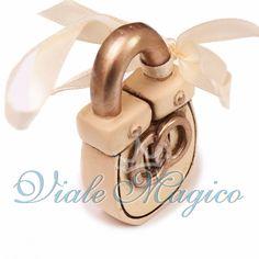 Bomboniere Online per Matrimonio e Promessa. Lucchetto per Segnaposto o per il Fai da Te. Puoi acquistare il Gadget già con Sacchetto, Confetti e Bigliettini. Lady Dior, Gadget, Confetti, Rings, Ring, Jewelry Rings, Gadgets