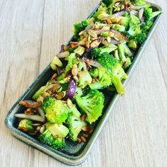 Hvidløgsstegt broccoli med avokado og frø! Raw Food Recipes, Veggie Recipes, Wine Recipes, Vegetarian Recipes, Healthy Recipes, Veggie Food, Salad Recipes, Meal Prep Bowls, Food Inspiration