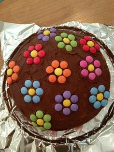 Smarties flower cake for my daughters last day at nursery! Smarties flower cake for my daughters last day at nursery! Cake Decorating For Kids, Birthday Cake Decorating, Smarties Cake, Flan Cake, Waffle Cake, Balloon Cake, Fun Easy Recipes, Cakes And More, Cake Cookies