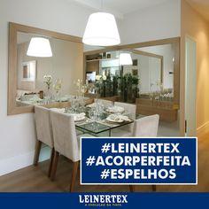 Optar por espelhos na decoração da sala de jantar é infalível! Amplia o ambiente e combinado com cores claras, fica melhor ainda! #Leinertex #ACorPerfeita #Espelhos #DicaLeinertex
