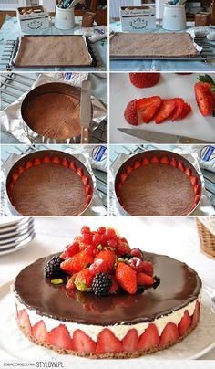 Altı ince kek kenarları çilek arasına labneli krema üstüne de eritilmiş çikolata