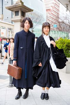 From pastel extensions and platform shoes to satin souvenir jackets and mall goth black, see all the Fashion Week Tokyo street style trends in our exclusive slideshow. Asian Street Style, Tokyo Street Style, Street Style Trends, Japanese Street Fashion, Tokyo Fashion, Harajuku Fashion, Cool Street Fashion, Asian Style, Trendy Fashion