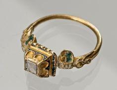 Diamond ring late 16th century, Hungary (presumably), gold, diamond, enamel, diameter: 2.3 cm
