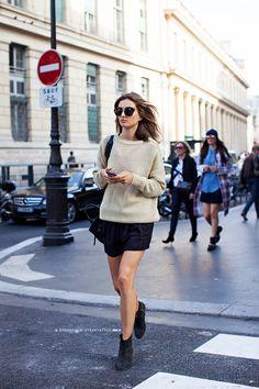 夏から少し肌寒くなってくたら、長袖のサマーセーターで。 - 海外のストリートスナップ・ファッションスナップ