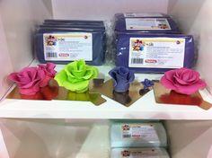 Pastillas de fondant lila de 300gr con unas flores realizadas en el taller de Carame-lu