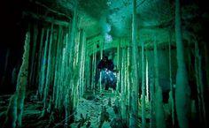 Bahamas: mergulhador passa por cuidado em caverna marinha