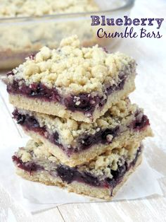 These blueberry oatmeal crumble bars are bursting with juicy blueberries, and filled with crunchy oatmeal crumble. Delicious for breakfast or dessert - these easy crumble bars are always a hit! Baking Recipes, Cookie Recipes, Dessert Recipes, Just Desserts, Delicious Desserts, Yummy Food, Blueberry Crumble Bars, Pie Crumble, Blueberry Squares