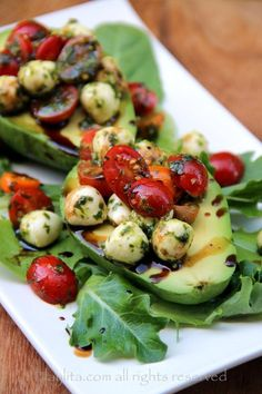 This caprese stuffed avocado recipe is a delicious appetizer or salad; it is made by filling ripe avocados with tomato and mozzarella caprese salad to I Love Food, Good Food, Yummy Food, Crazy Food, Vegetarian Recipes, Cooking Recipes, Healthy Recipes, Cooking Games, Delicious Recipes