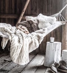 "1,014 mentions J'aime, 10 commentaires - Paulina Arcklin Photography (@paulinaarcklin) sur Instagram : ""Winter Hammock!#naturals #hayloft #barnhouse #werannas #winterhammock #hammock #winter #styling…"""