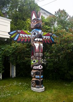 Totem Pole in Tadoussac, originary from the Essipit community in Les Escoumins. American Indian Art, Native American Indians, Native Americans, Native American Totem Poles, Aboriginal Artists, Aboriginal Language, Spiritual Animal, Art Premier, Canadian Art
