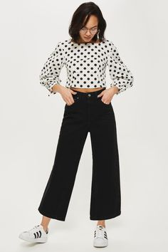 Channel a retro-inspired look with our high rise, wide leg jeans in clean black non-stretch denim. Cropped to the ankle with raw hems, we're pairing it with a spotted blouse for a versatile look. Cropped Jeans Outfit, Cropped Wide Leg Trousers, Jeans Outfit Winter, Black Jeans Outfit, Black Cropped Jeans, Black Outfits, Casual Outfits, Jean Topshop, Business Casual Jeans