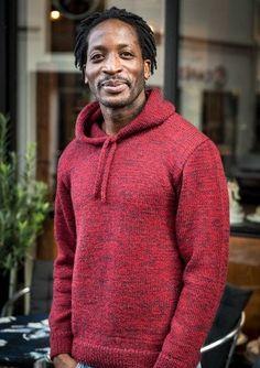 Smart sweater med hætte i det lækre Mayflower 1 Class, der findes i mange flotte farver. Den flotte og enkle sweater kan strikkes i lige de farver, som du foretrækker.