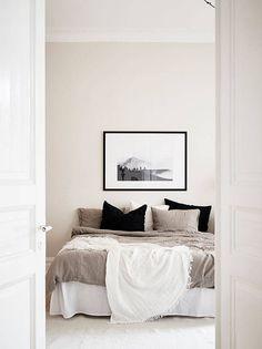 Neutral bedroom via Stadshem