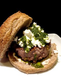 Essa receita de hambúrguer caseiro é bastante especial - leva pesto e queijo de… Pesto, Good Burger, Creative Food, Junk Food, Sliders, Hot Dogs, Sandwiches, Beef, Meals