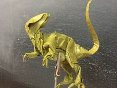 Velociraptor de Kamiya plegado por mi en papel Crumpled de 40x40. primer intento Origami, Lion Sculpture, Statue, Animals, Art, Paper Envelopes, Projects, Art Background, Animaux
