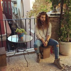 Ken Stoffers #spain #citytrip curly hair inspiration / men with curly hair / curly hair for men / long curly hair / long hair men / free the curls / rizos / cachos / cabelo cacheado masculino / inspiração