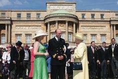 Ее Величество Королева принимает гостей во время одного из своих ежегодных гостей в саду.