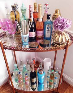 Bar Cart Ideas - There are some cool bar cart ideas which can be used to create a bar cart that suits your space. Having a bar cart offers lots of benefits. This bar cart can be used to turn your empty living room corner into the life of the party. Home Bar Decor, Bar Cart Decor, Bandeja Bar, Petits Bars, Drink Cart, Gold Bar Cart, Bar Cart Styling, Bachelorette Pad, Home And Deco