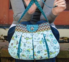 Caitlyn Handbag pattern closeup By betz_white Reverse pleat handbag, part of my Make New or Make Do™ sewing pattern collection. Made with Stitch Organic cotton.What a cute bag pattern! If only I had any sewing skills.Betz White Caitlyn Handbag- I l Pdf Sewing Patterns, Sewing Tutorials, Sewing Projects, Diy Purse Patterns, Handbag Patterns, Bag Tutorials, Vogue Patterns, White Patterns, Free Sewing