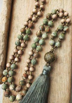 Diese edle Malakette besteht aus herrlich marmorierten Ryolith-Edelsteinperlen in grün-braunen Farbabstufungen (10mm), Holzperlen im Vintage-Style (8mm) und bronzefarbenen Perlchen und Perlkappen....