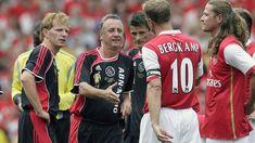 Johan Cruijff in actie tijdens de testimonial van Dennis Bergkamp in 2006.