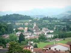 Paysages du Pays basque - Vue sur les toits et le clocher d'église d'Uhart-Cize et les collines alentours depuis Saint-Jean-Pied-de-Port