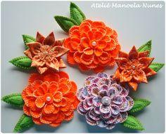 Flores de Feltro com Pétalas Bordadas, Flores de Fuxico e Tecido com Pétalas em Ponta, Folhas de Feltro Bordadas.