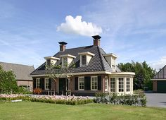 Notariswoning met vrijstaande garage. Stucco Homes, Archi Design, Mansions Homes, Cottage, Amazing Spaces, Facade House, Curb Appeal, Interior Architecture, Bungalow