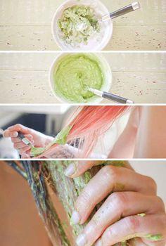 Conviértelo en una mascarilla de acondicionamiento profundo para el cabello.   27 maneras distintas de usar un aguacate