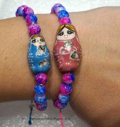 Pulseras de Matrioskas hechas con hilo de nylon y bolas tricolor de cristal. Cierre mediante nudo corredizo.