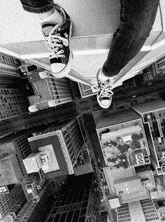Sitting on the edge of the Skyscraper rooftop to shoot jaw-dropping aerial photography. They are called rooftoppers. armed with a tripod, remote shutter and steel nerves. Parkour, Urbane Fotografie, Exposition Photo, Foto Top, Kairo, Top Of The World, Urban Photography, Aerial Photography, Cityscape Photography