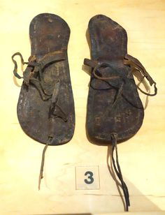 https://upload.wikimedia.org/wikipedia/commons/9/9d/Egyptian_sandals,_leather,_400-600_AD_-_Bata_Shoe_Museum_-_DSC00012.JPG