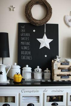 ベニヤ板を使って黒く塗ったスタンダードな黒板を棚に飾って。カフェのようにスイーツのメニューを書き、白い星のオーナメントを飾って、シックながらキュートな印象です。
