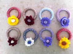 Portatovaglioli e Segnaposti con nastro vichy e fiori feltro 3d in diversi colori.