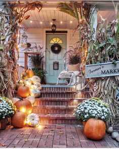 These cute fall porch ideas are guaranteed to look stunning! From memorable door… These cute fall porch ideas are guaranteed to look stunning! From memorable doormats to beautiful staircase decor ideas there's something for everyone! Porche Halloween, Fall Halloween, Halloween Porch, Scary Halloween, Halloween Ideas, Happy Halloween, House With Porch, Fall Home Decor, Fall Decor Outdoor