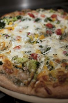 Veggie Ranch Pizza: veggies, with homemade ranch dressing and delicious pizza crust. Healthy dinner that is easy, vegetarian and delicious.