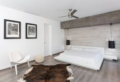 Modern, edgy bedroom design. By: Grupo Arsciniest