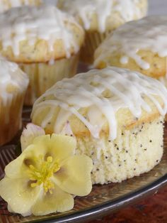 Lemon poppy seed muffins with a yummy glaze on it! Lemon poppy seed muffins are my favorite! Köstliche Desserts, Delicious Desserts, Dessert Recipes, Yummy Food, Cookbook Recipes, Think Food, Love Food, Breakfast Desayunos, Lemon Muffins