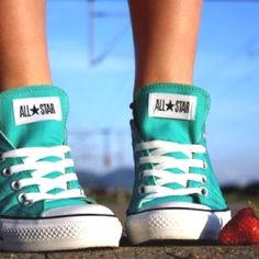 Interesting connection of people with their converse shoes. Everyone has their own way to wear converse. Read more about Converse Shoes and Brands. Converse Haute, Converse All Star, Converse Shoes, Converse Fashion, Fashion Shoes, Cute Shoes, Me Too Shoes, Awesome Shoes, Outfits