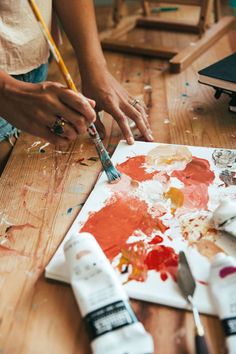 Coral, ochre, and the peachy golden hues in between at work Artist Lindsay Wilkins's Colorful Oahu Paradise Artist Life, Artist At Work, Artistic Photography, Art Photography, Kreative Portraits, Artist Problems, Art Hoe Aesthetic, Atelier D Art, Artist Painting