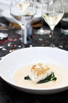 Pan Fried Cod Spinach and Sauce. Pan fried cod with sautéed spinach and white wine sauce with tomatoes. Easy and simple starter. (in Danish) Seafood Recipes, Gourmet Recipes, Dinner Recipes, Healthy Recipes, Food N, Food And Drink, Easy Starters, Sauteed Spinach, Fish Dishes