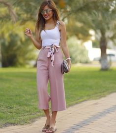 Zara pink culottes paired with a white singlet Classy Outfits, Chic Outfits, Spring Outfits, Fashion Outfits, Womens Fashion, Coulottes Outfit, Pink Culottes, Culottes Outfit Summer, Square Pants